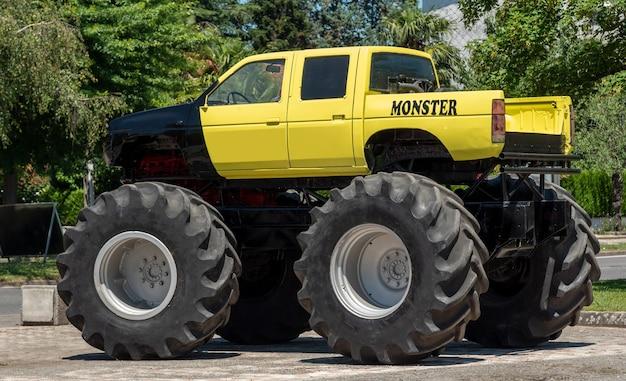 黄色のモンスタートラックのクローズアップビュー