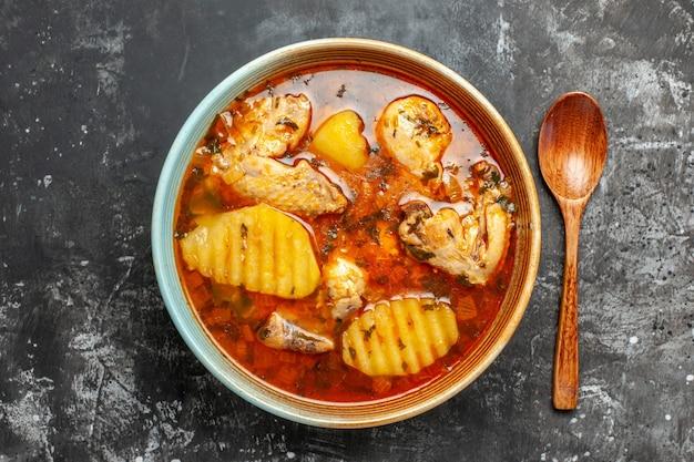 닭고기 및 기타 재료와 함께 맛있는 수프의 근접 촬영보기