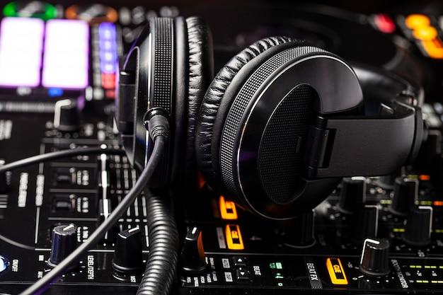 Крупным планом вид на оборудование клуба dj