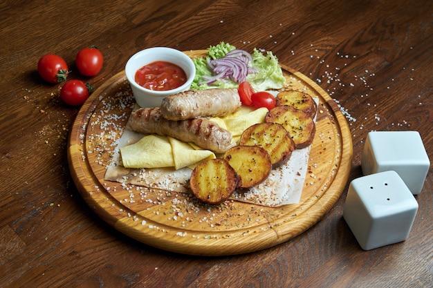 グリルしたリュウリヤケバブまたはルレケバブのビューを閉じます。シャシリクまたはバーベキュー肉。シシカバブ、伝統的なジョージア料理。デザインのスペースをコピーします。ポテトのグリル焼き