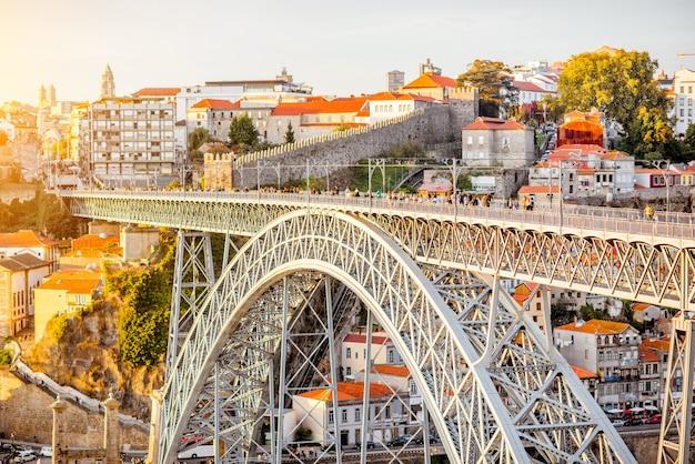 Крупным планом вид на знаменитый железный мост луиша в городе порту, португалия