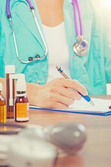 プロセス医師の手の書き込みのビューをクローズアップ