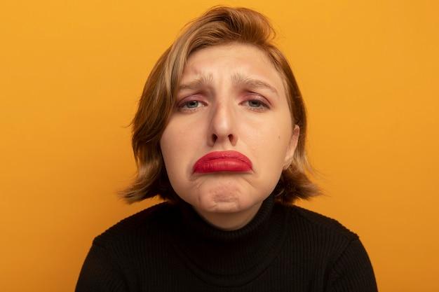 Vista ravvicinata di una giovane ragazza bionda triste