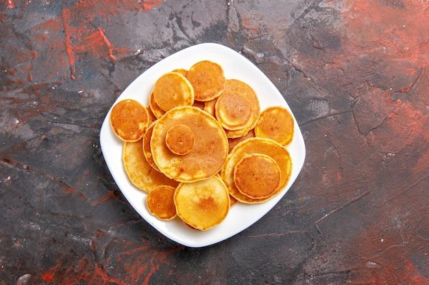 Vista ravvicinata di semplici frittelle in un piatto bianco