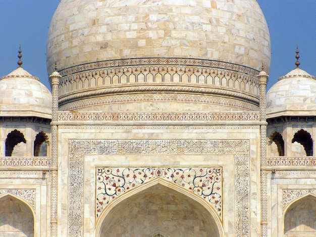 Close up view of the taj mahal mausoleum in agra, india