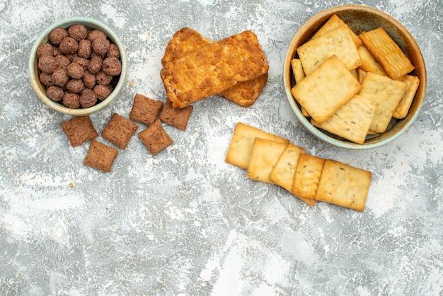 Vista ravvicinata di vari biscotti e biscotti sul blu