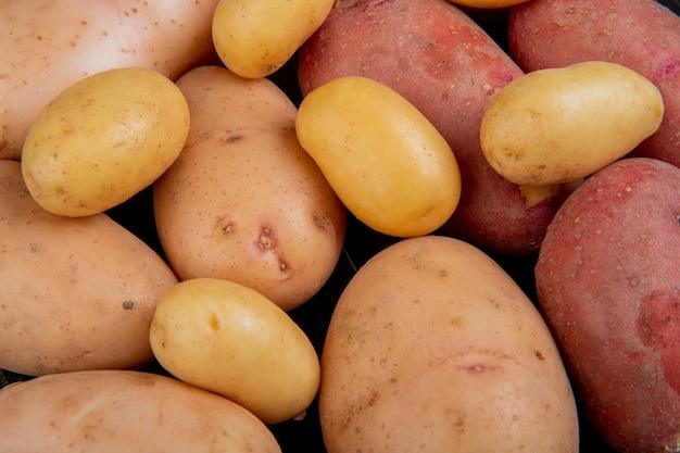 Vista del primo piano delle patate bianche nuove e rosse