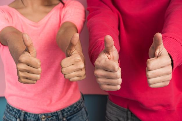 クローズアップビュー、若い人たちが親指を立てています。