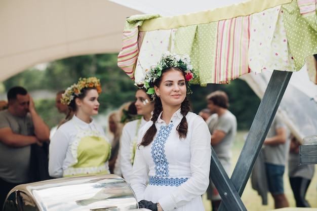 肉のグリル部分を入れて伝統的なウズベキスタンドレス手を着てクローズアップウェイター女性