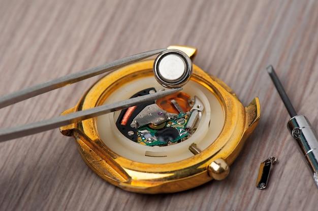 時計の電池交換をクローズアップ