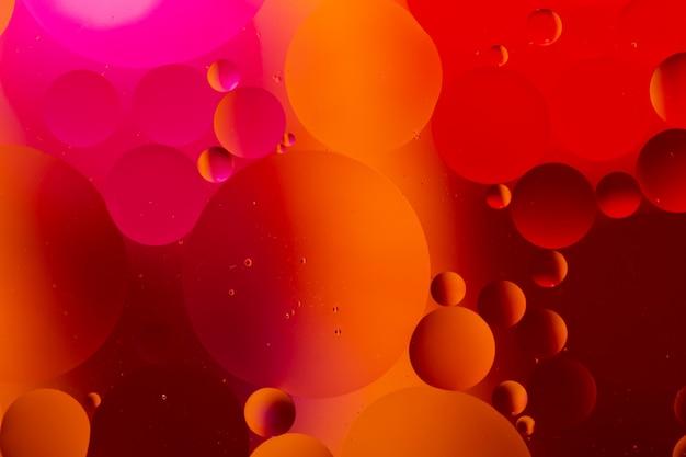 虹の照明効果で水と油の抽象的なクローズアップ