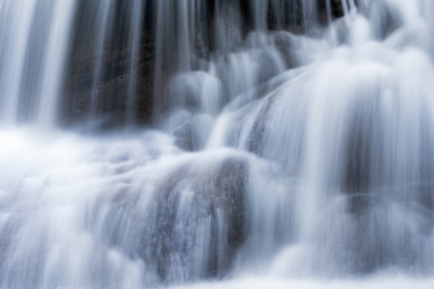 Крупный план водопада на известняке