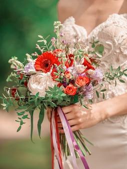 Закройте вверх. свадебный букет в руках невесты. праздники и традиции