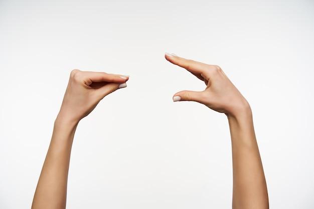 Primo piano sulle mani della donna ben curata che imitano la conversazione muovendo le dita