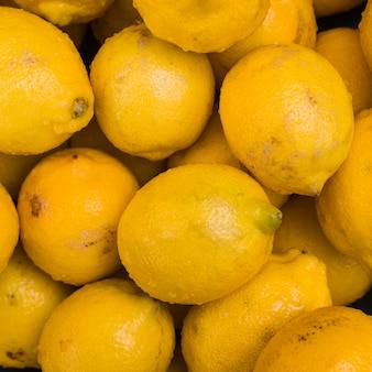 Primo piano di interi limoni bagnati