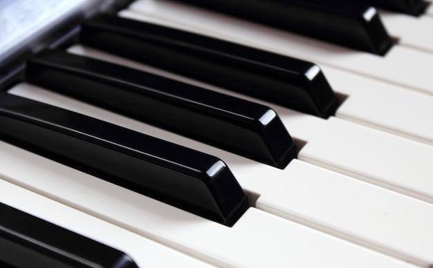 Крупным планом белые и черные клавиши синтезатора