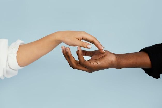 Primo piano mano bianca e nera