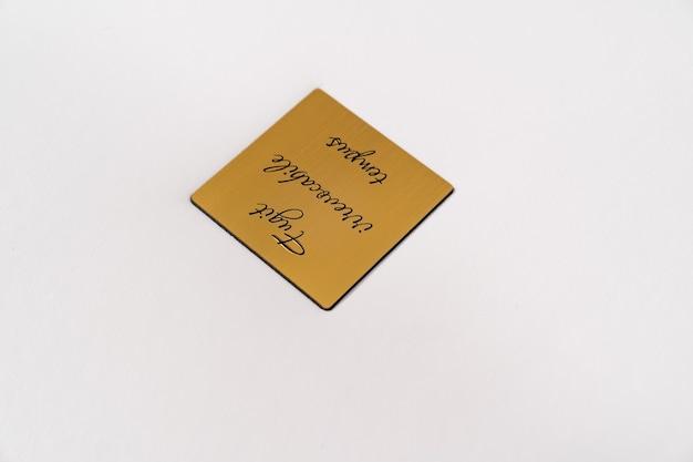 閉じる。ラテン語の碑文が付いた金の金属インサートが付いた革製本のホワイトブック-返金不可の時間を実行しています。印刷製品。写真集やアルバム。個々の製品。