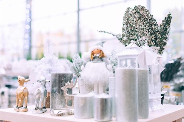 클로즈업, 흰색 양 초 및 슈퍼마켓의 선반에 사슴.