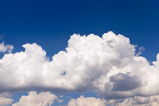 근접 흰 구름은 푸른 하늘, 얕은 피사계 심도에 있습니다