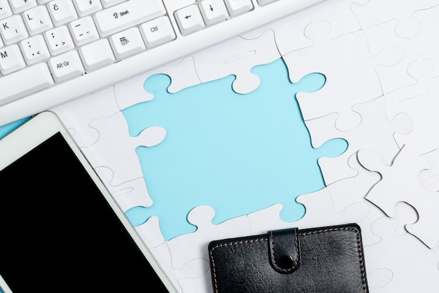 Кусочки пазла крупным планом с белыми узорами, которые нужно соединить с отсутствующим последним фрагментом, расположенным на