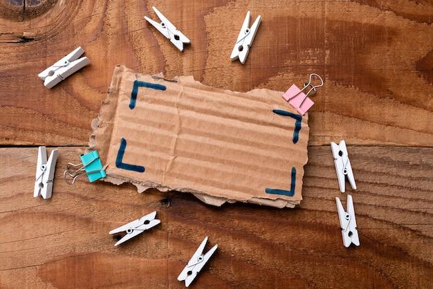 A에 배치된 누락된 마지막 조각과 연결될 클로즈업 흰색 직소 패턴 퍼즐 조각