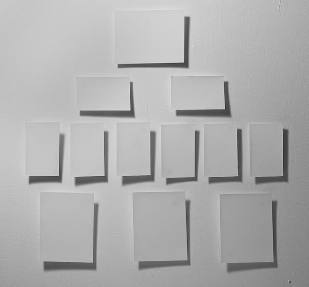 회색 배경에 흰색 메모지를 닫습니다.