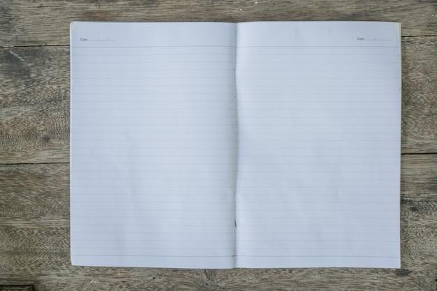 ラインで白いノートブックのページを閉じます。