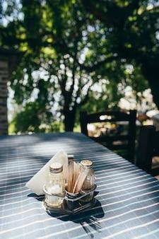 レストランで白いテーブルセッティングを閉じる