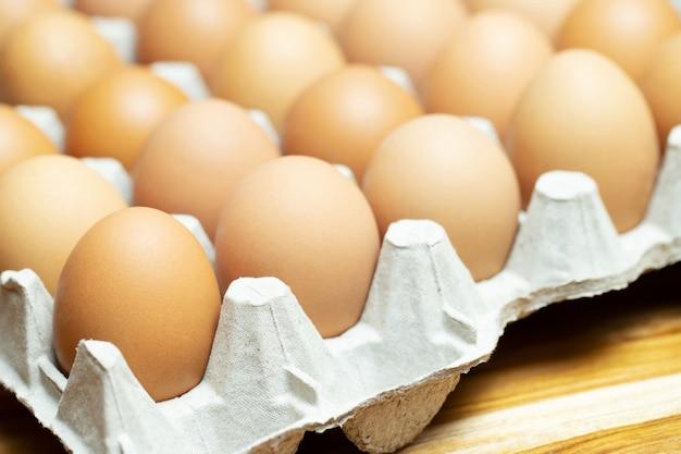 Закройте целые яйца в коробке. куриное яйцо много. мягкий фокус