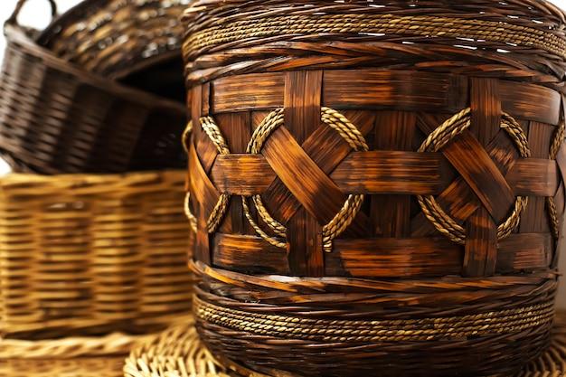 Закройте плетеную бамбуковую корзину ручной работы с круглыми веревками, домашнее хранение