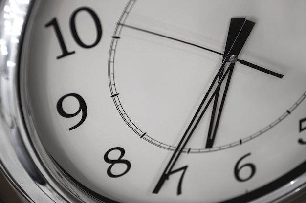 Крупным планом широкий угол обзора часов. понятие времени или бизнеса.