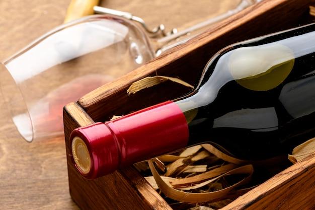 Бутылка вина крупным планом и бокал