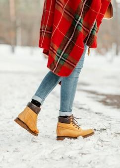 Зимние сапоги крупным планом и одеяло