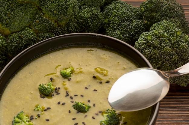 Primo piano della zuppa di broccoli invernale nella ciotola con il cucchiaio
