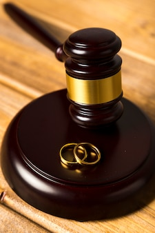 結婚指輪のスタンドに裁判官の小槌とクローズアップ