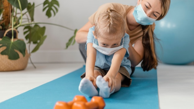 Крупным планом женщина и ребенок с масками