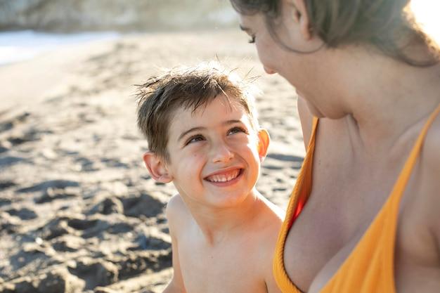 해변에서 여자와 아이를 닫습니다