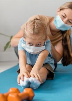 Крупным планом женщина и ребенок в масках для лица