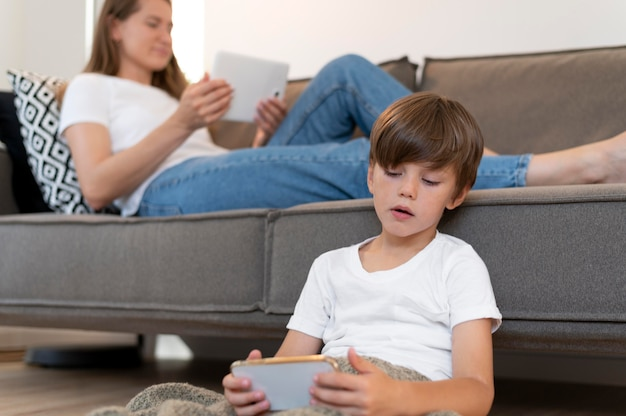 Крупным планом женщина и ребенок с устройствами