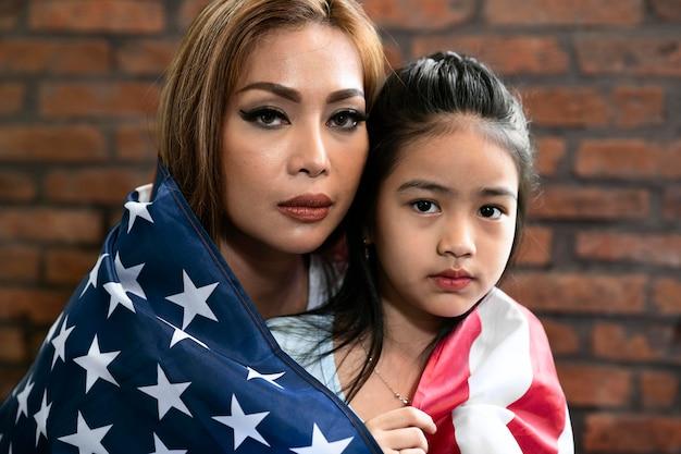 Крупным планом женщина и ребенок с флагом