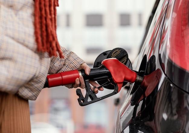 ガソリンスタンドで女性をクローズアップ