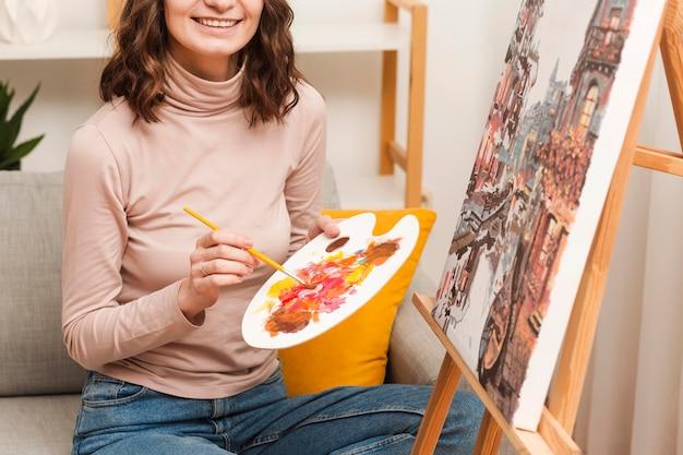 家の絵画でクローズアップの女性