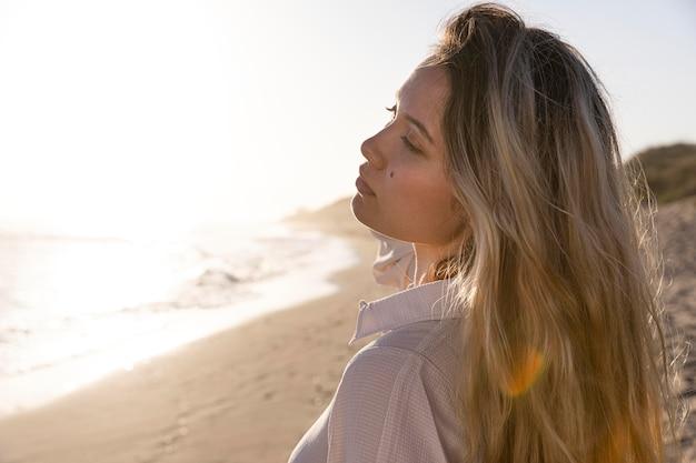 海辺で女性をクローズアップ