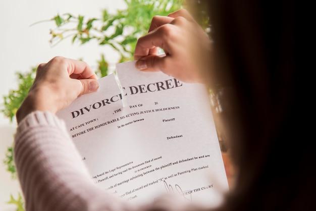 Крупным планом женщина нарушает правила о разводе
