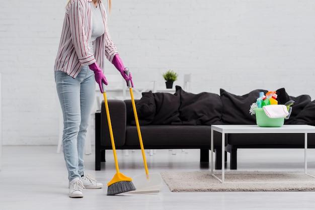 Крупным планом женщина, чистить дома