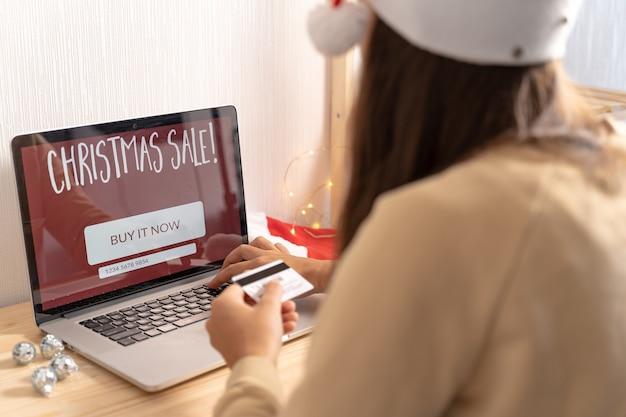 オンラインで購入する女性を閉じる