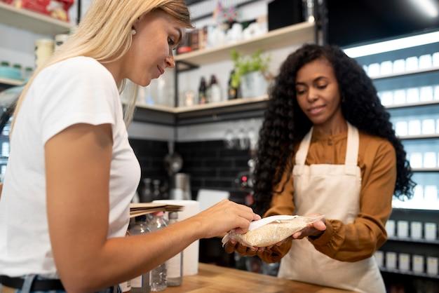 製品を購入する女性をクローズアップ