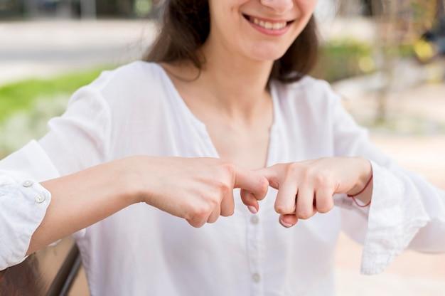 Donna del primo piano che comunica attraverso il linguaggio dei segni