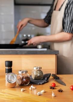 鍋で調理する女性をクローズアップ